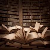 19982014-pila-de-libros-abiertos-sobre-la-mesa